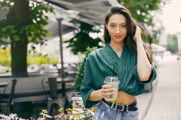 Chica de moda de pie en una ciudad de verano Foto gratis