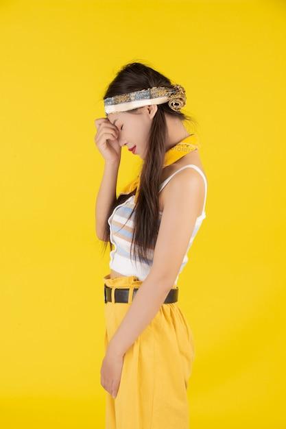 Chica de moda vestir con un gesto de la mano Foto gratis