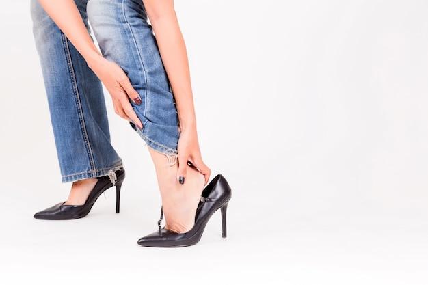 0e99429de864 Chica de moda en zapatos de tacón alto y pantalones de mezclilla ...