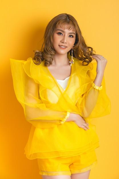 Chica modelo asiática de moda Foto gratis