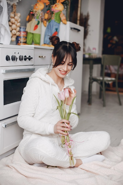 Chica morena con flores rosas. Foto gratis