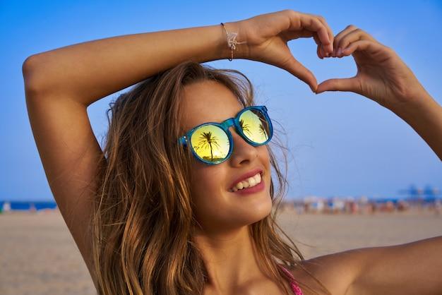 68254e2df0 Chica morena gafas de sol con palmera   Descargar Fotos premium