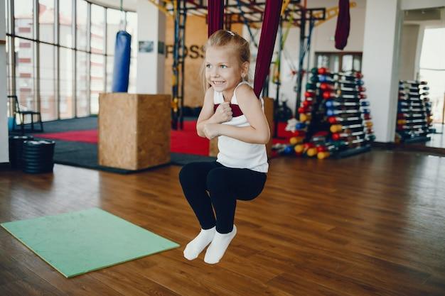 Chica en una mosca de yoga Foto gratis