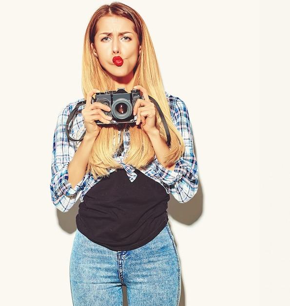 Chica mujer rubia en ropa de verano casual hipster Foto gratis