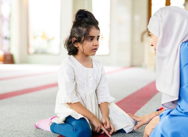 Chica musulmana en la escuela de domingo Foto Premium