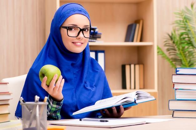Chica musulmana preparándose para los exámenes de ingreso Foto Premium