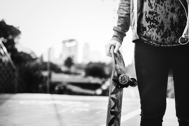Chica patinadora en la ciudad Foto gratis
