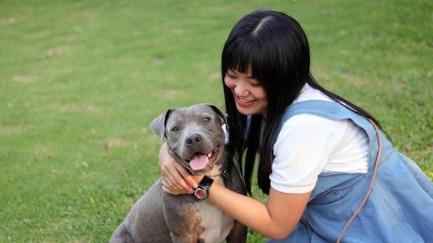 Chica con perro. Foto Premium