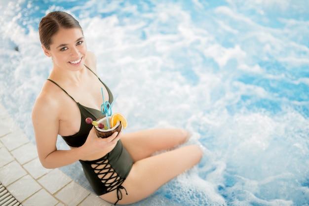 Chica con piña colada Foto gratis
