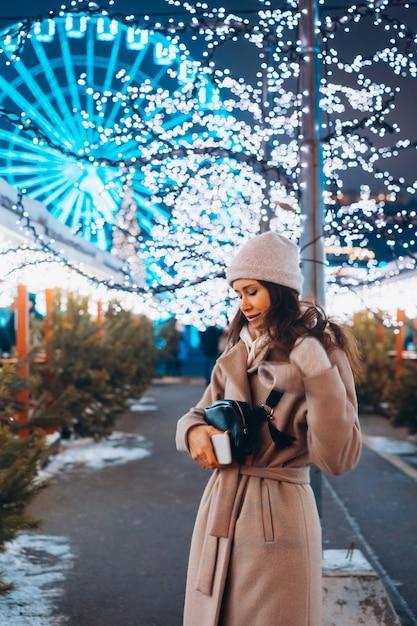Chica posando en el contexto de árboles decorados Foto gratis