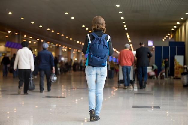 Chica que viaja con la mochila Foto gratis