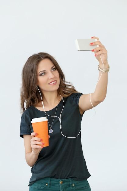 Chica rizada con teléfono móvil Foto gratis