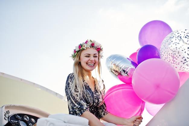 Chica rubia en corona sentado en el yate en despedida de soltera. Foto Premium