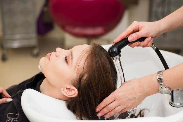 Chica rubia lavándose el pelo Foto gratis