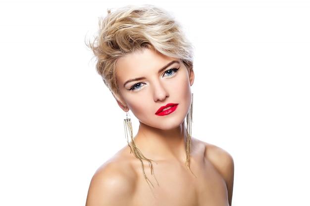 Chica rubia con pelo corto y lápiz labial rojo Foto gratis