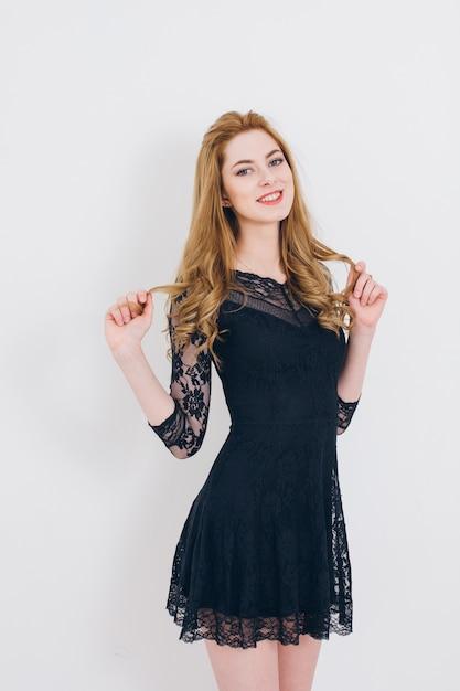 Chica rubia posando en el estudio Foto Premium