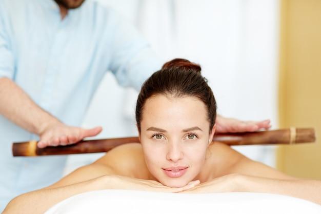 Chica en el salón de spa Foto gratis