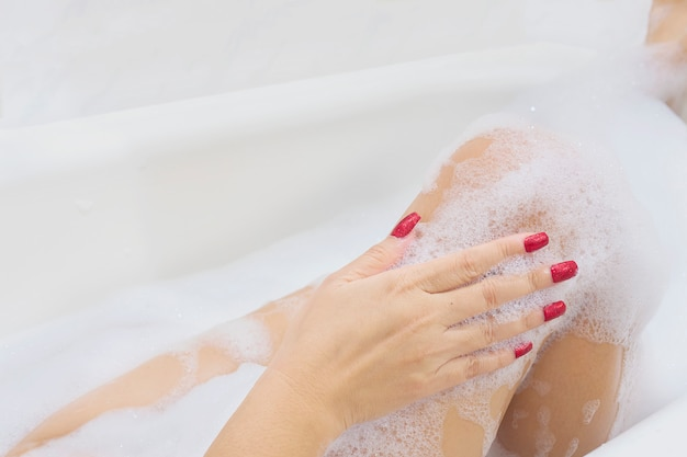 Chica sexy en bañera blanca Foto gratis
