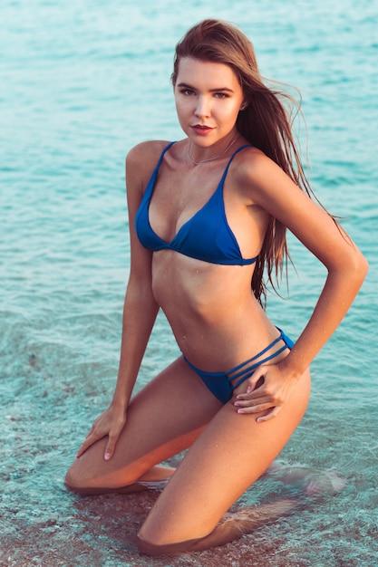 Chica sexy en bikini Foto Premium