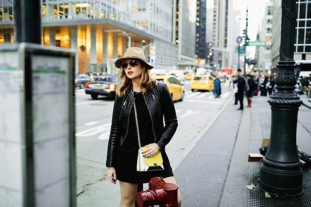 188fc16de8 Chica en sombrero beige y gafas de sol se encuentra en la calle de nueva  york | Descargar Fotos gratis