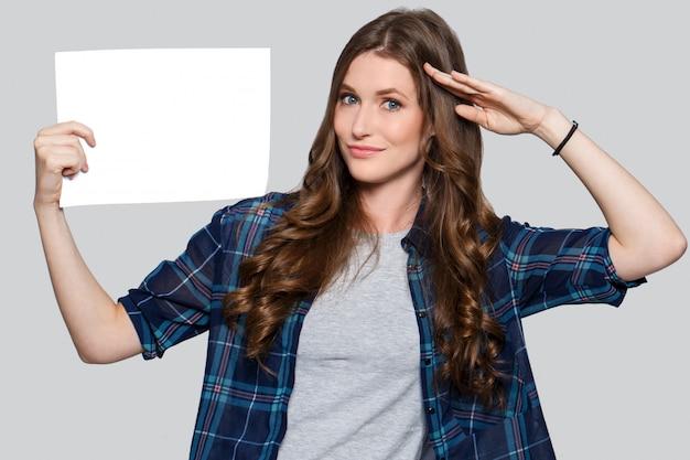 Chica sosteniendo cartelera blanca Foto gratis