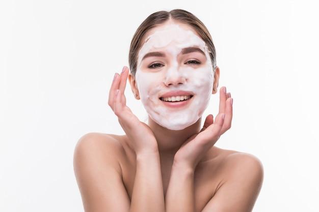 Chica spa aplicando máscara facial. tratamientos de belleza. productos cosméticos Foto gratis