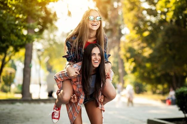 Su Chica Caballito De Espalda Subida En AmigaDescargar Fotos A La RLAj35q4
