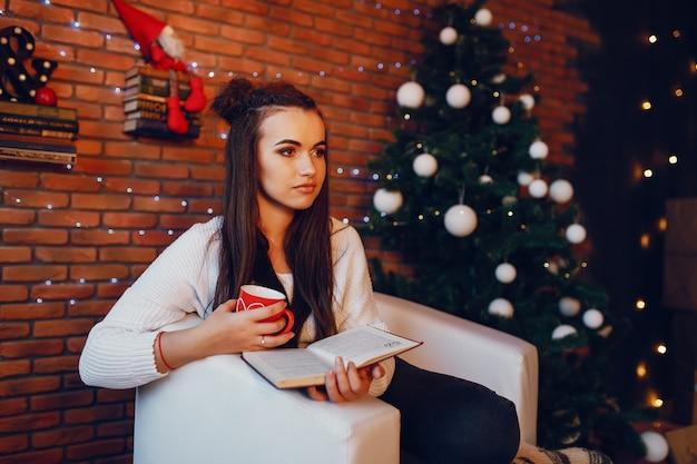 Chica con taza Foto gratis