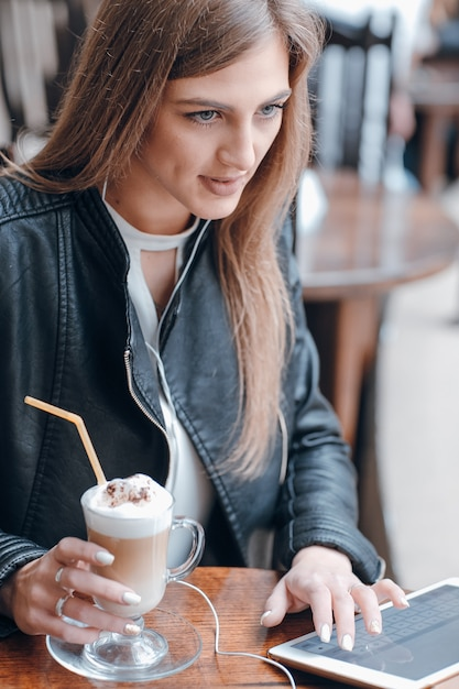 Chica tomando un batido de chocolate Foto gratis