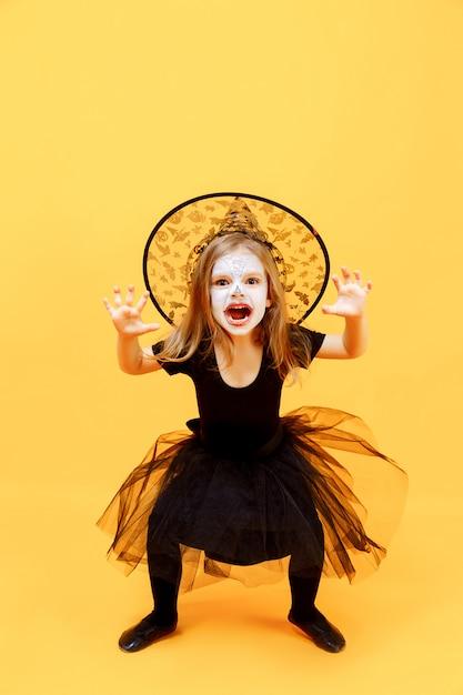 Chica en traje de bruja de halloween Foto Premium