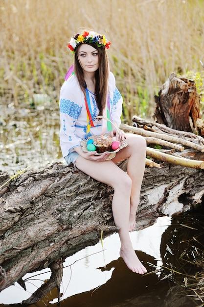 Chica ucraniana en la camiseta nacional ucraniana que celebra una pascua Foto Premium
