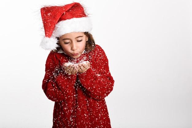 Chica vestida con ropas de invierno y el sombrero de papa noel ... 461c513be68