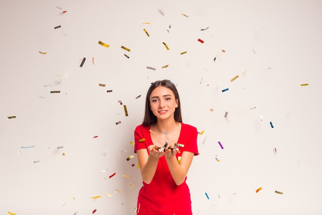 La Chica Del Vestido Rojo Esparce El Confeti Descargar