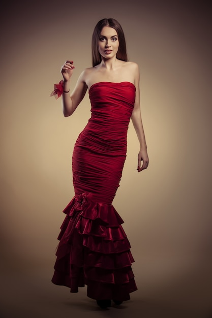 Chica En Vestido Rojo Foto Premium
