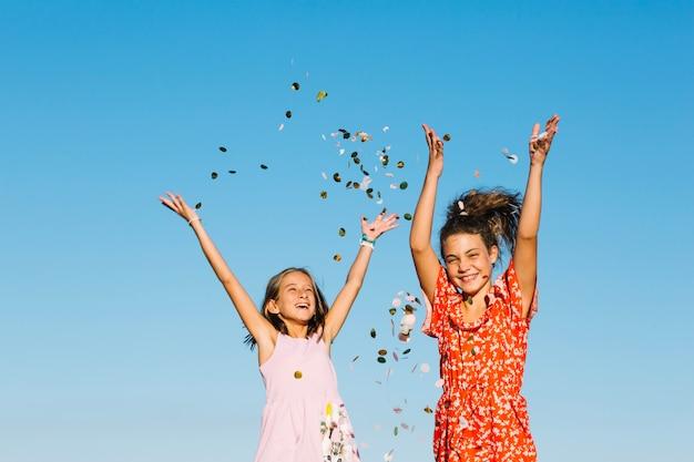 Chicas arrojando confeti Foto gratis