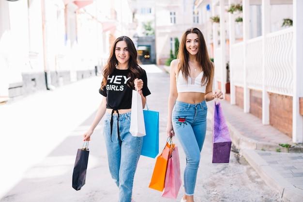 0486a26736 Chicas caminando por la calle después de ir de compras | Descargar ...