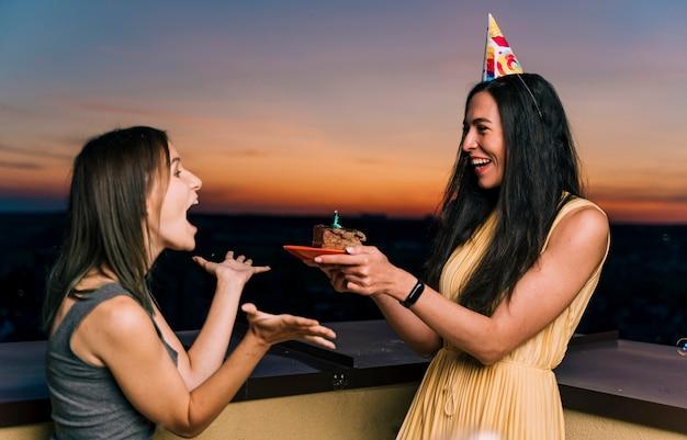 Chicas divirtiéndose en la fiesta de la azotea Foto gratis