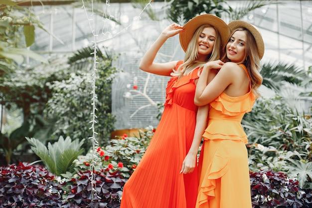 Chicas elegantes y con estilo en un invernadero Foto gratis
