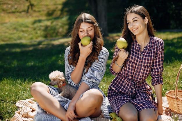 Chicas elegantes y con estilo en un parque de primavera Foto gratis