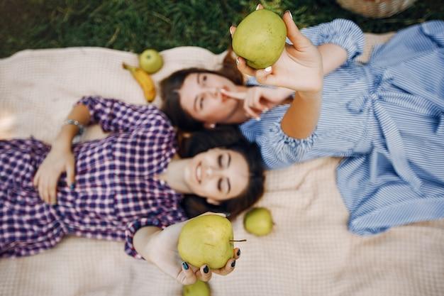 Chicas elegantes y con estilo en un parque de verano Foto gratis