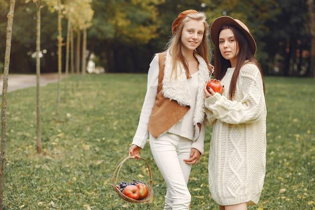 Chicas elegantes y con estilo en un parque Foto gratis