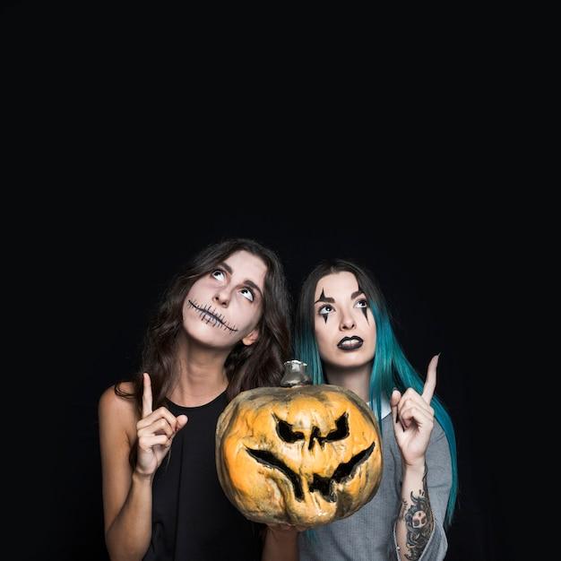 Chicas fantasmagóricas con jack-o-lantern Foto gratis
