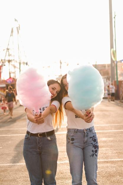 Chicas felices divirtiéndose en el parque de atracciones Foto gratis