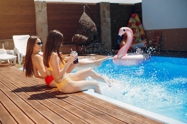 Chicas en fiesta de verano en la piscina Foto gratis