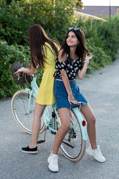 Chicas Guapas Posando En Bicicleta Descargar Fotos Gratis