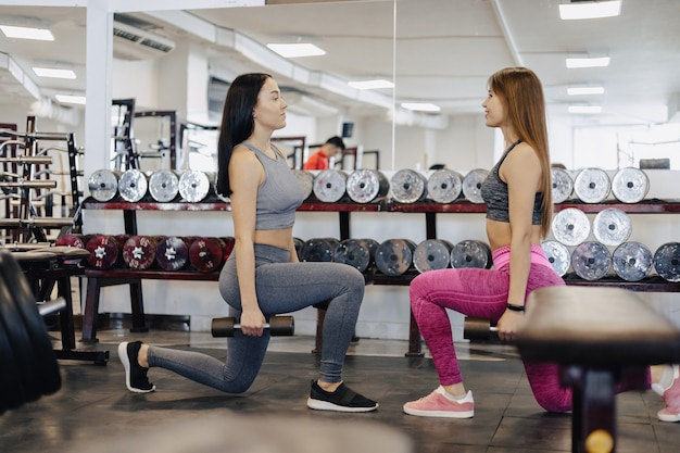 Las chicas hacen mancuernas en el gimnasio, fitness Foto Premium