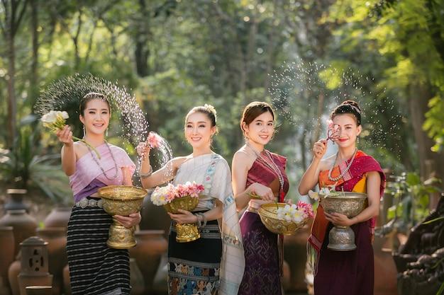 Chicas de laos que salpican el agua durante el festival festival de songkran Foto Premium