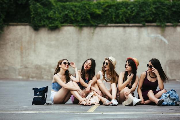 Chicas mirando a su amiga divertida Foto Gratis