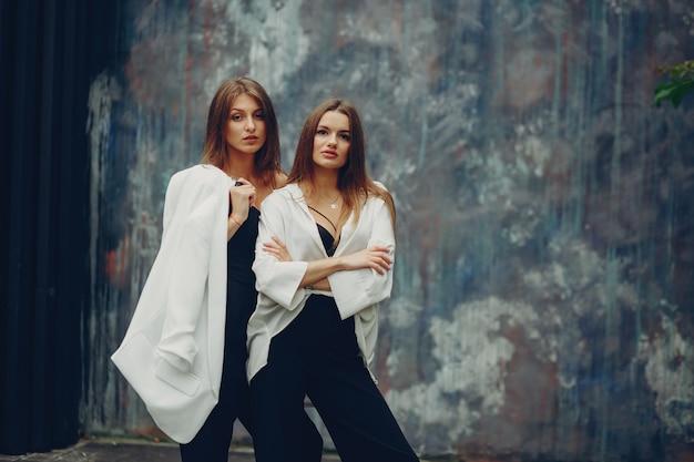 Chicas de moda en una ciudad. Foto gratis