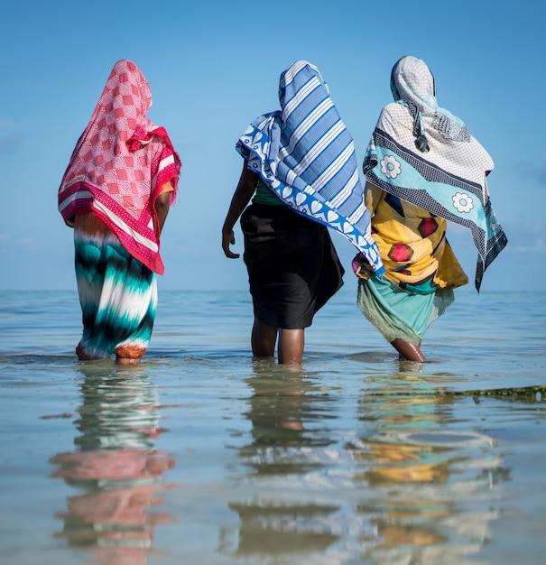 Chicas musulmanas en agua de mar tropical Foto Premium